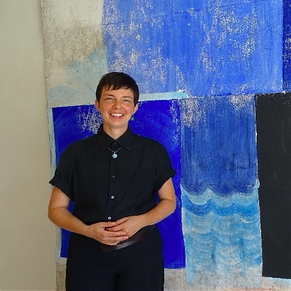 a portrait of Christiane Bergelt in front of one of her canvas